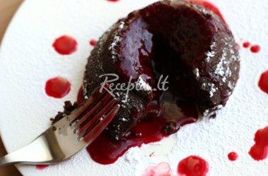Šokoladiniai pyragaičiai su uogų padažu