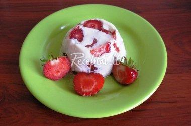 Braškių desertas su pienu ir augaline žele