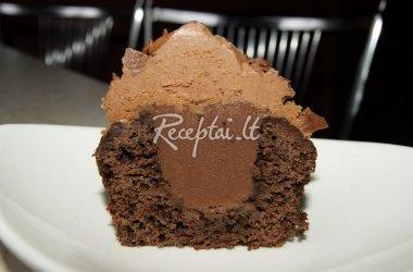 Juodojo šokolado keksiukai su šokoladiniu įdaru ir šokoladinėmis kepurėlėmis
